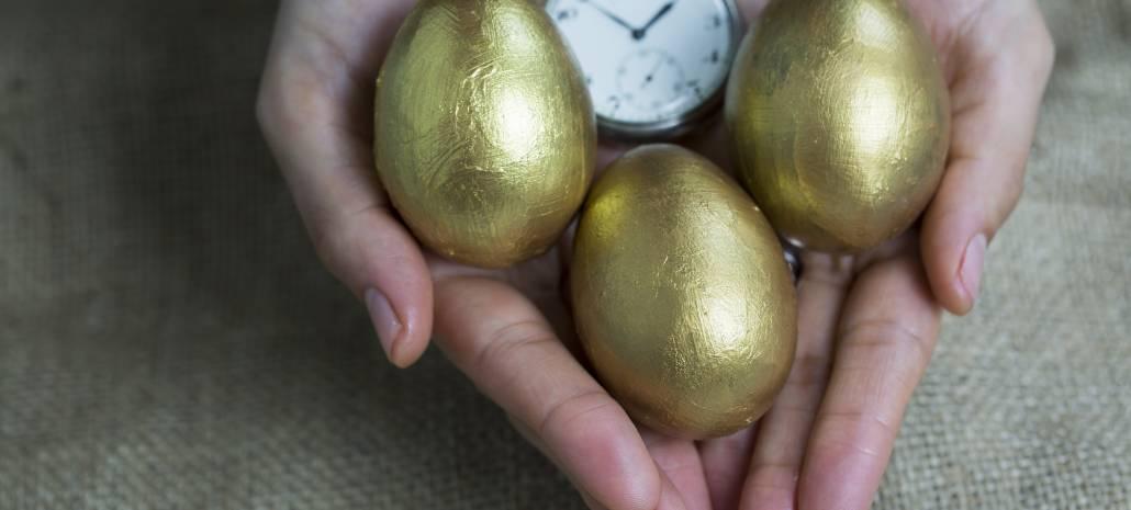 Ruce drží tři zlatá vejce a stopky. Vejce zastupují pasivní příjem, stopky čas, který potřebujete k jeho získání.