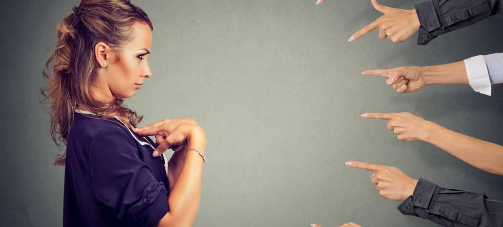 Ruce ukazují na ženu, která má být zodpovědná.